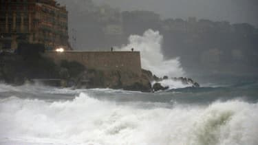 De lourdes vagues s'écrasent contre les remparts du port de Nice, le 4 novembre 2014.