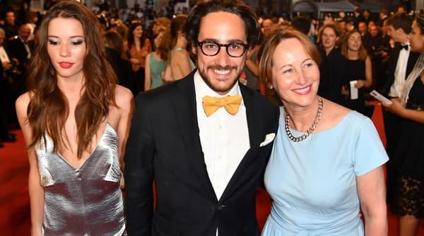Thomas Hollande a grimpé les marches du palais des festivals à Cannes, le samedi 27 mai, aux bras de sa compagne, la journaliste Emilie Broussouloux et de sa mère Ségolène Royal.