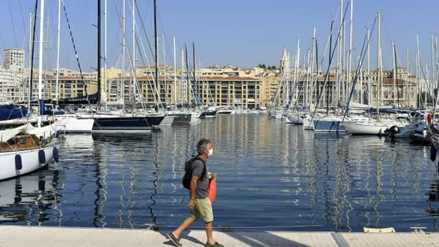 Un homme porte un masque de protection sur un quai du Vieux-Port de Marseille, le 14 septembre 2020