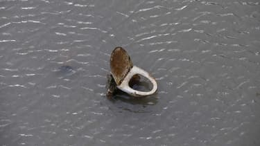 Le canal Saint-Martin laisse découvrir ses trésors à mesure qu'il se vide pour le grand nettoyage.