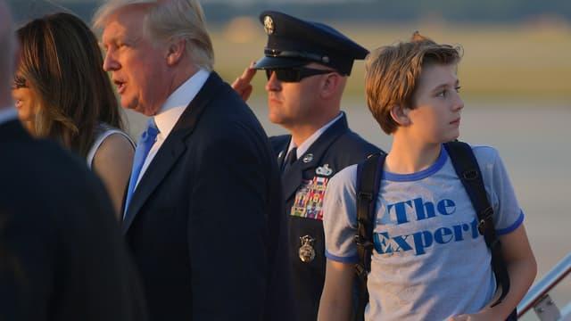 """Barron Trump et son t-shirt """"The Expert"""", le 11 juin, sur la base Andrews."""
