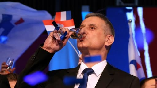 Tomislav Karamarko, leader du principal parti d'opposition croate, célèbre les premiers résultats des élections législatives le 8 novembre 2015 à Zagreb