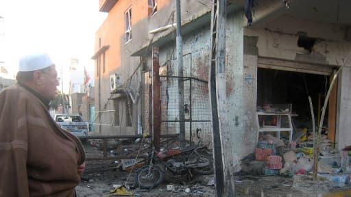 Un homme devant les décombres causés par une attaque suicide le 24 novembre 2013 à Tuz Khurmatu, au nord de l'Irak
