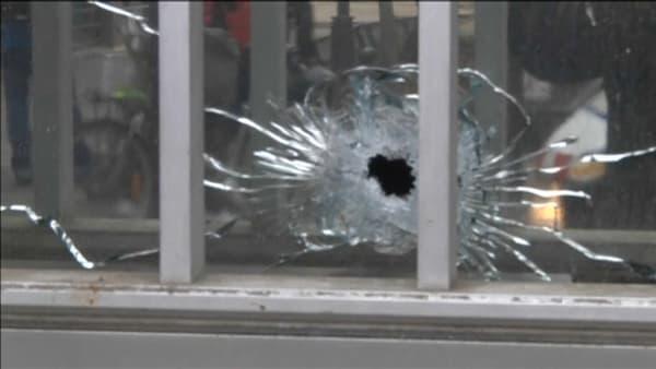 L'impact d'une balla tirée par les frères Kouachi sur un immeuble rue Nicolas Appert à Paris.