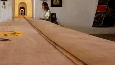 Un torcedor cubain a battu son propre record mardi en roulant le plus grand cigare du monde, un monstre de 81,8 mètres de long, presque la longueur d'un terrain de football. /Photo prise le 3 mai 2011/REUTERS/Desmond Boylan