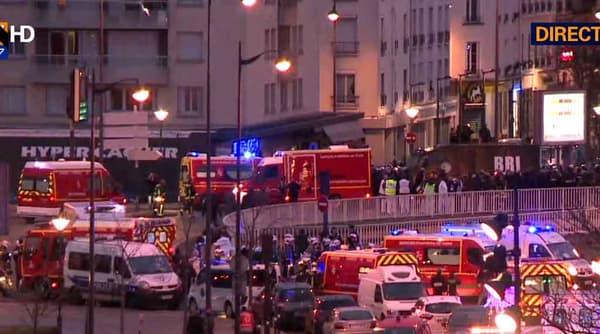 Les secours déployés devant l'épicerie casher de la porte de Vincennes, après l'assaut.