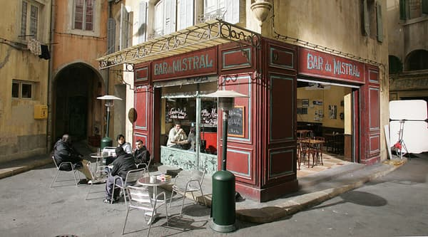 """Le décor de """"Plus belle la vie"""", dans les studios de la Belle de mai à Marseille."""