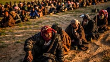 Des hommes suspectés de combattre pour Daesh arrêtés par les forces démocratiques syriennes à Baghouz le 22 février 2019 (photo d'illustration)