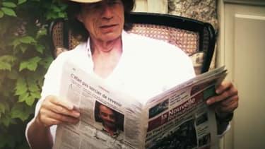 Mick Jagger dans son jardin en train de lire la presse quotidienne régionale.
