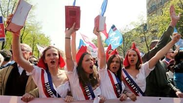 Des milliers d'opposants au mariage homosexuel ont pris dimanche à Paris le départ d'une nouvelle manifestation pour demander à François Hollande de renoncer à son projet de loi, qui devrait être définitivement adopté mardi au Parlement. /Photo prise le 2