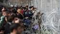 Bloqués à la frontière entre la Grèce et la Macédoine, plusieurs centaines de migrants tentent de passer en force.