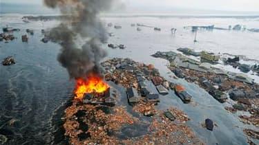 Natori, dans le nord-est du Japon. Un très violent séisme, de magnitude 8,9, a frappé la côte nord-est du Japon vendredi, déclenchant un tsunami de 10 mètres de haut qui a tout balayé sur son passage, maisons, voitures et bateaux. /Photo prise le 11 mars