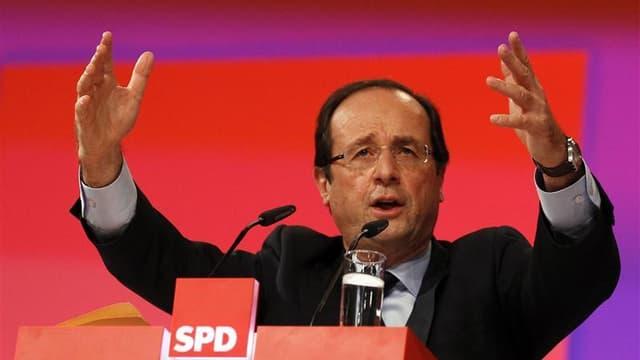 François Hollande lors de son intervention au congrès du SPD allemand, la semaine dernière. Le candidat socialiste à la présidentielle a déclaré lundi qu'il renégocierait le traité sur lequel se sont mis d'accord 26 des 27 pays de l'UE, estimant notamment