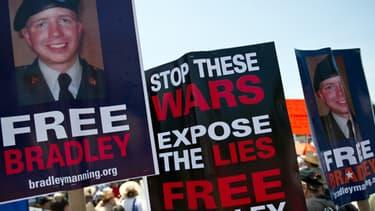 Bradley Manning est en train de devenir un symbole du contrôle des politique par les citoyens, comme le montrent les manifestations qu ont eu lieu sur le lieu du procès, à la base de Fort Meade.