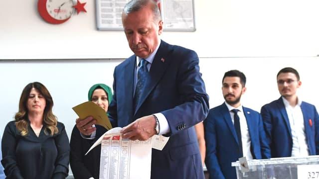 Erdogan vote pour les élections présidentielles et législatives à Istanbul, le 24 juin 2018