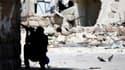 Un membre de l'Armée syrienne libre à Alep. Selon l'ancien Premier ministre syrien Ryad Hidjab, qui faisait mardi à Amman, en Jordanie, sa première apparition publique depuis sa défection au début du mois, le régime de Bachar al Assad s'effondre et ne con