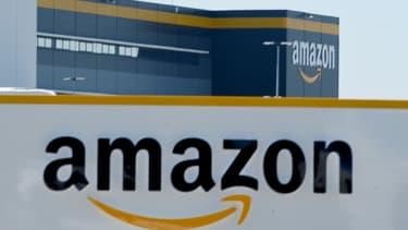 Trois employés d'un vaste entrepôt d'Amazon à New-York ont porté plainte contre leur employeur.