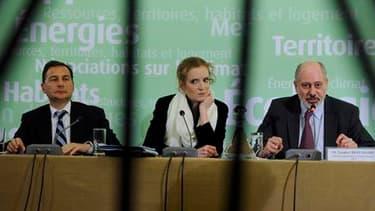 La ministre de l'Ecologie Nathalie Kosciusko-Morizet (au centre), entourée du ministre de l'Industrie et de l'Energie Eric Besson (à gauche) et du directeur général de l?Institut de Radioprotection et de Sûreté nucléaire (IRSN), Jacques Repussard, lors d'