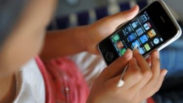 Un enfant utilisant un smartphone.