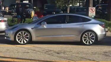 Pour ceux qui étaient sceptiques quant à l'état d'avancement du véhicule, cette vidéo est la preuve que la Model 3 est capable de rouler.