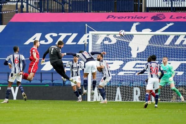 Le gardien Alisson Becker (3e g) marque le second but pour Liverpool lors du match de Premier League sur la pelouse de West Bromwich, le 16 mai 2021