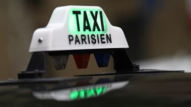 Paris Taxis permet de commander le taxi de son choix en circulation ou en station et d'appeler directement une borne d'appel téléphonique