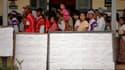 Devant un bureau de vote de Kawhmu, au sud de Rangoun, circonscription où Aung San Suu Kyi est candidate. A l'occasion des législatives partielles en Birmanie, la formation d'opposition de la lauréate du prix Nobel de la paix, la Ligue nationale pour la d