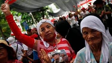 """Manifestants antigouvernementaux, lundi à Bangkok. Nattawut Saikua, chef de file des """"chemises rouges"""" qui réclament le départ du Premier ministre thaïlandais et la convocation d'élections anticipées, a annoncé mardi être d'accord pour l'ouverture de négo"""