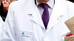 Le Pr Bernard Debré, qui doit rendre à Nicolas Sarkozy un rapport pour éviter la répétition du scandale du Mediator, veut interdire tout lien entre les laboratoires et les experts chargés d'évaluer leurs produits. /Photo d'archives/REUTERS