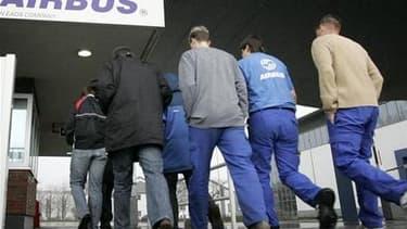 Les salariés d'Airbus France cesseront dans l'après-midi leur mouvement de grève, après avoir obtenu une nouvelle réunion de négociation sur les salaires avec leur direction, selon des syndicats. /Photo d'archives/ REUTERS/Christian Charisius