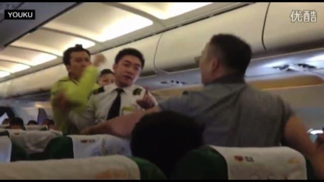 Face à une hausse spectaculaire du nombre de passagers, les incidents ne cessent de se multiplier dans les avions chinois.