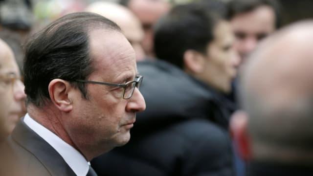 Le président François Hollande arrive devant les locaux de Charlie Hebdo après une attaque meurtrière contre le journal satirique, le 7 janvier 2015 à Paris