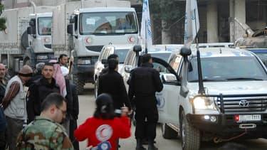 Un convoi humanitaire des Nations unies et du Croissant rouge attend de pouvoir entrer dans un quartier contrôlé par le régime syrien, samedi, à Homs.