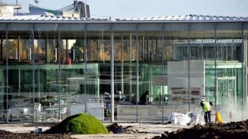 La construction du musée du Louvre à Lens a coûté 150 millions d'euros, financé en grande partie par la région.