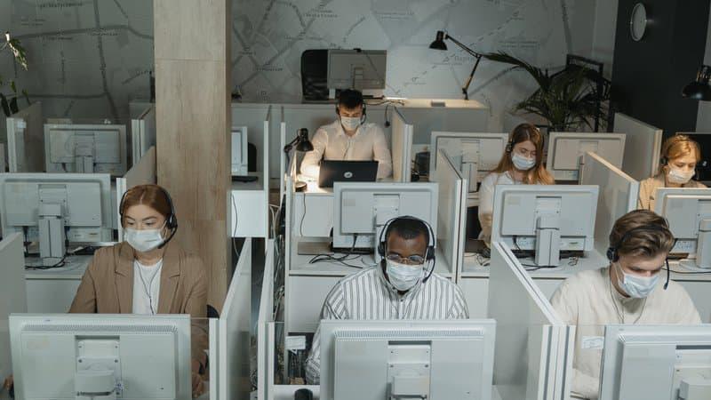"""28% des travailleurs touchés par le Covid jugent """"très probable"""" une contamination au travail"""