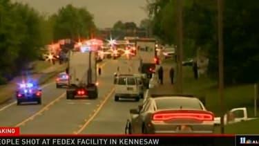 Les secours sur les lieux de la fusillade à Kennesaw, en Georgie, aux Etats-Unis, le 29 avril 2014.