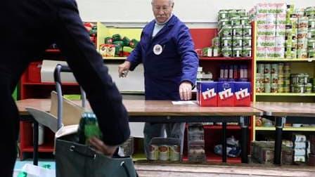 """Centre de distribution alimentaire des """"Restos du coeur"""" à Nantes. Selon une étude publiée par l'Insee, huit millions de personnes, soit 13,4% de la population, vivaient sous le seuil de pauvreté en France en 2007. Le seuil de pauvreté était de 908 euros"""