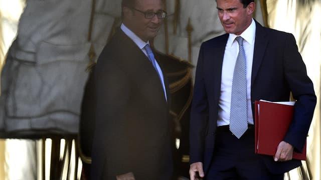 Manuel Valls et François Hollande à la sortie de l'Elysée ce mardi 26 août.