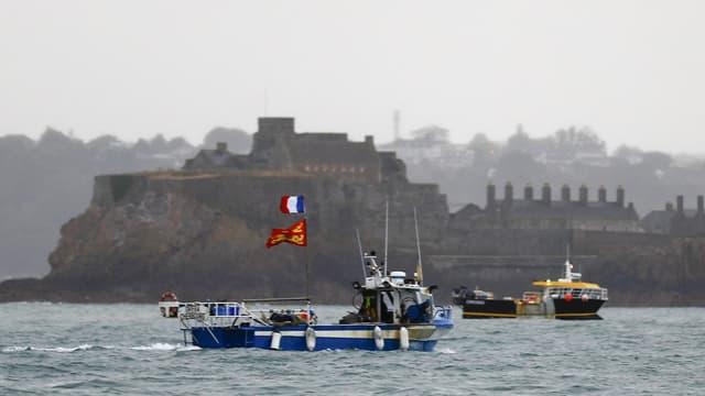 Une cinquantaine de bateaux de pêche français se sont réunis jeudi matin devant Saint-Hélier, la capitale de l'île anglo-normande de Jersey.