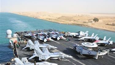 Le porte-avions américain USS Enterprise dans le canal de Suez le 15 février dernier. Les Etats-Unis ont annoncé mardi l'envoi de navires de guerre en direction de la Libye, estimant que ce pays risquait de basculer dans le chaos si le colonel Mouammar Ka
