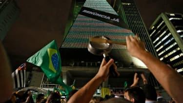 Des manifestants réclament la destitution de la présidente Dilma Rousseff et la démission de Lula da Silva, nommé ministre, à Sao Paulo, au Brésil, le 16 mars 20146