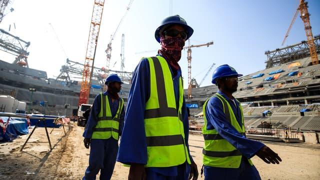 Des travailleurs sur le chantier d'un stade au Qatar en décembre 2019