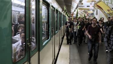 Des manifestants sur le quai de la ligne 10 du métro, mercredi à Paris.