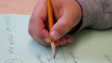 Cet enfant sait tenir son crayon correctement.