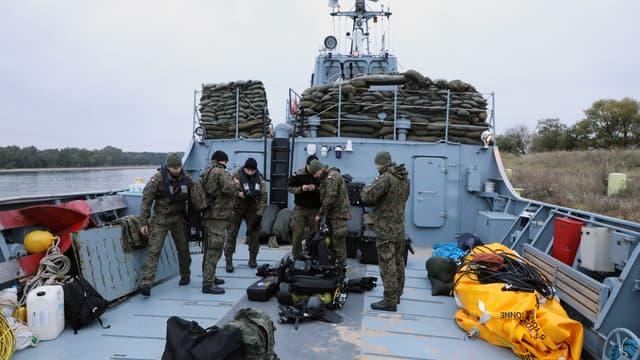 Les plongeurs de la marine polonaise préparent l'équipement pour désamorcer une bombe sous-marine de cinq tonnes datant de la Seconde Guerre mondiale.