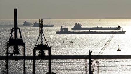 Les salariés des terminaux pétroliers de Fos-Lavera (Bouches-du-Rhône) poursuivent vendredi leur grève contre la réforme portuaire pour le 33e jour consécutif. Soixante-dix-huit navires sont en attente de déchargement, parmi lesquels 38 transportant du pé