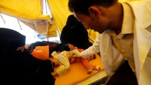Un enfant infecté par le choléra reçoit un traitement dans un hôpital de Sanaa, le 13 juin 2017