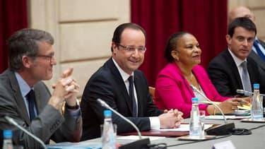 François Hollande, entouré de Vincent Peillon, Christiane Taubira et Manuel Valls