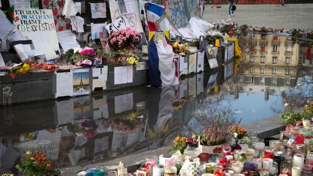 Bougies et fleurs déposées place de la République, à Paris, un an après les attentats de janvier 2015.