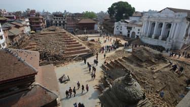 Frappée par un séisme de magnitude 7,8, Katmandou, la capitale du Népal, est en partie détruite.